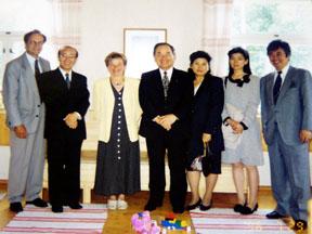 就任後、Pokkaラップランド知事(左から3人目)を表敬訪問した横山名誉領事夫妻